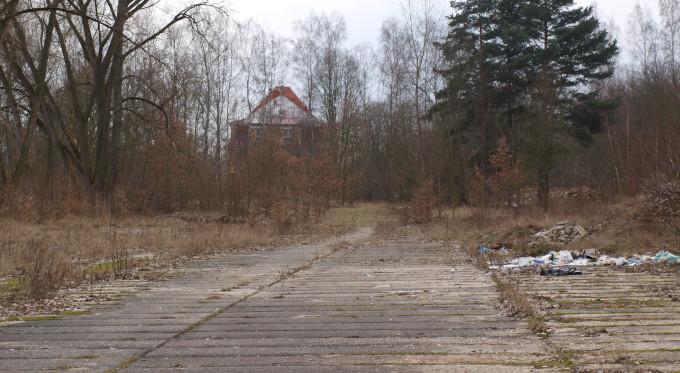 Pozemek mezi kasárnami a Amicou, který chce město také prodat.